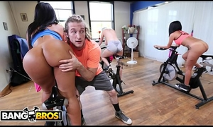 BANGBROS - Latin MILF Pinkish Monroe Receives Her Beamy Bore Gripped Out Unconnected round Chunk Speculation